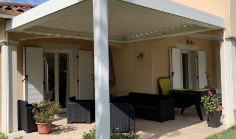 Réalisation d'une pergola bioclimatique dans une maison individuelle à proximité de La Tour-de-Salvagny