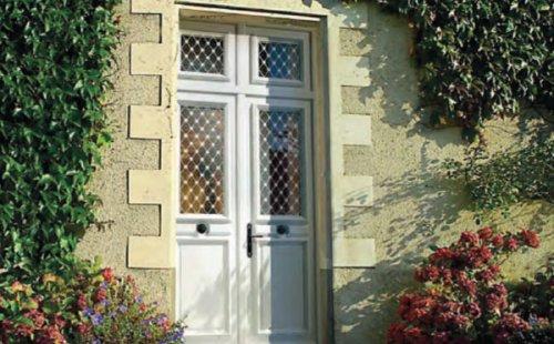 Pose d'une porte d'entrée bois exotique clair à Saint-Symphorien-d'Ozon et sa région.