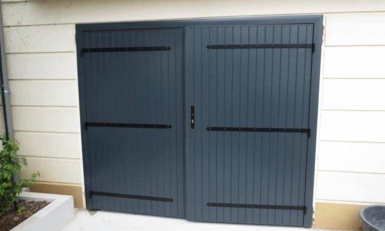 Pose de portes de garage battantes Charme & tradition à Saint-Symphorien-d'Ozon et sa région